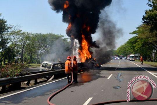 Mini bus terbakar di jalan raya Puncak-Cianjur