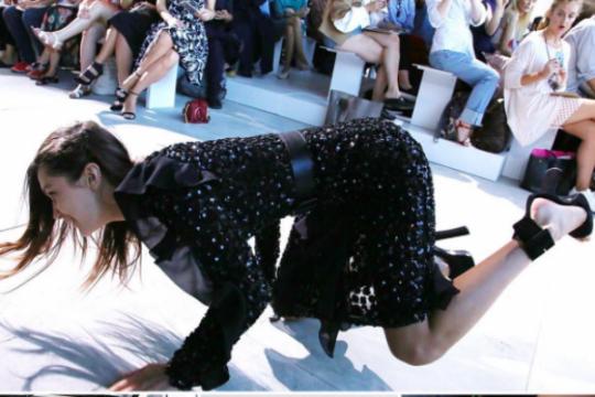 Model cantik Bella Hadid tersandung di catwalk Michael Kors