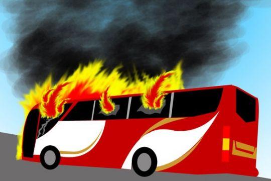 Minibus terbakar di jalan raya Bandung-Cianjur