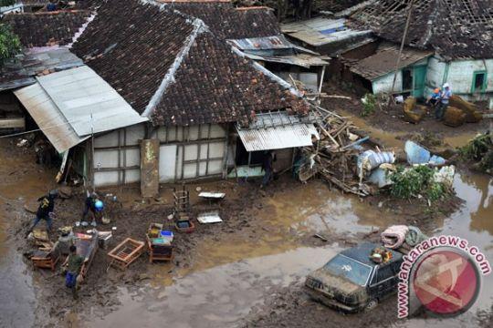 Luapan Sungai Cimanuk terjang kampung Cimacan  Garut