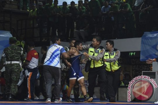 PON 2016 - Ricuh, pertandingan semifinal gulat dihentikan sementara