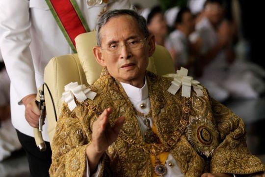 Rakyat Thailand berkumpul di Istana saksikan guci jenazah raja