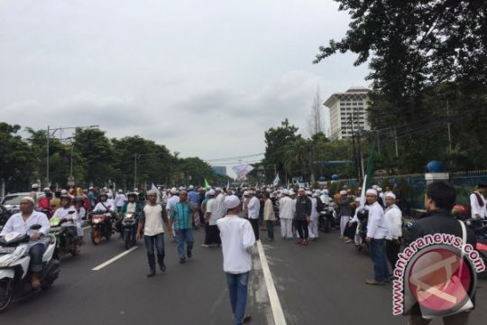 Massa ormas bergerak tinggalkan Balai Kota DKI