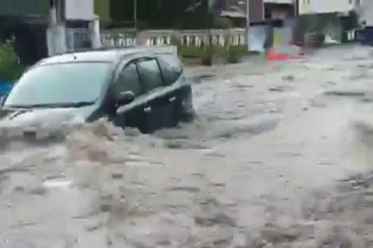 Mobil terseret arus di Pagarsih Bandung belum ditemukan