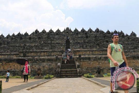 Puluhan penerjun payung ramaikan kawasan Candi Borobudur