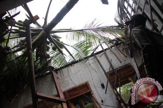 Puting beliung rusakkan puluhan rumah di Jember