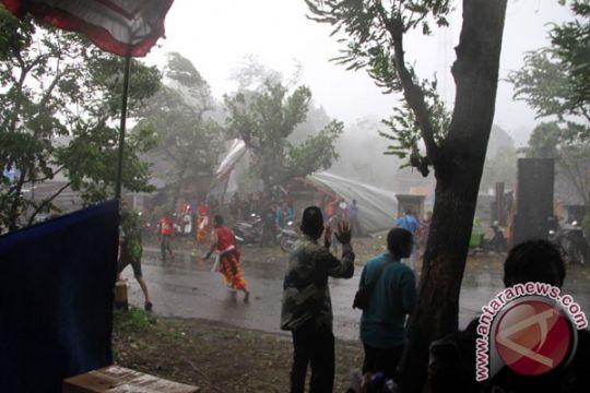 Angin puting beliung rusak sejumlah rumah warga di Trenggalek