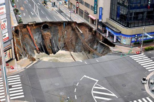 Lubang besar terjadi di jalanan Jepang, tidak ada korban luka