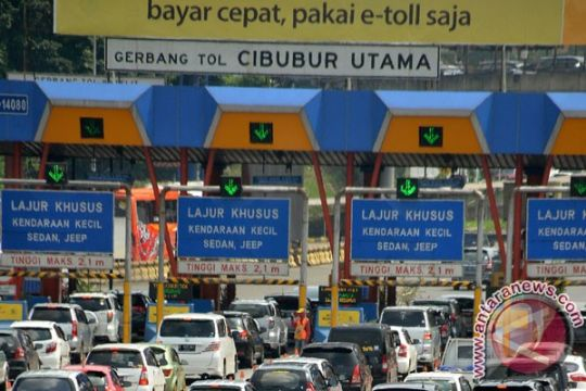Arus kendaraan melalui Gerbang Tol Ciawi lengang