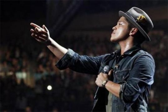 Bruno Mars bagikan 24.000 hidangan untuk penduduk Hawaii
