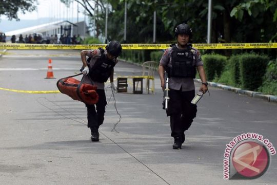 Petugas ledakkan kotak diduga berisi benda berbahaya