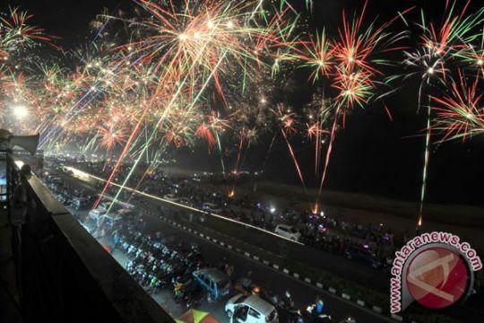 Pesta kembang api semarakkan Natal di Ambon
