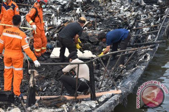 Petugas evakuasi jasad diduga korban Zahro Express