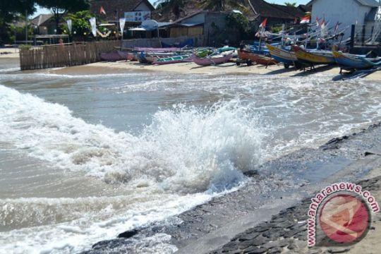 Gelombang pasang merusak jalur joging geopark Palabuhanratu
