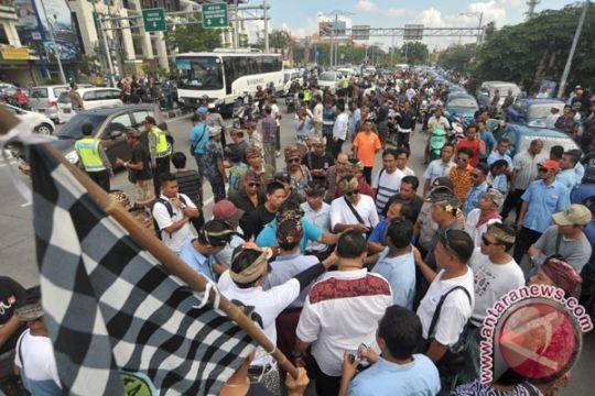 Ratusan sopir angkot Bandung kepung Gedung Sate