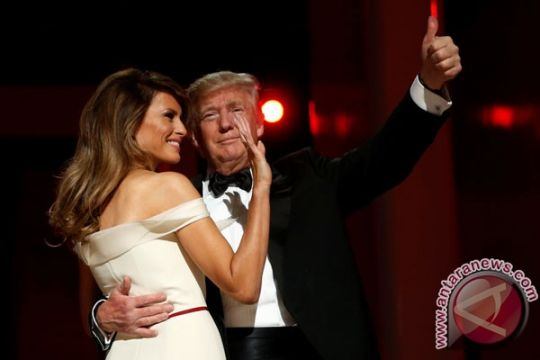 Mengapa Donald Trump tidak gandeng tangan Melania?