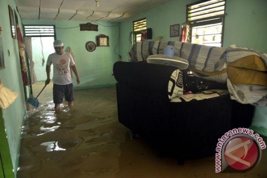 Hujan deras membuat tiga kelurahan di Manado banjir