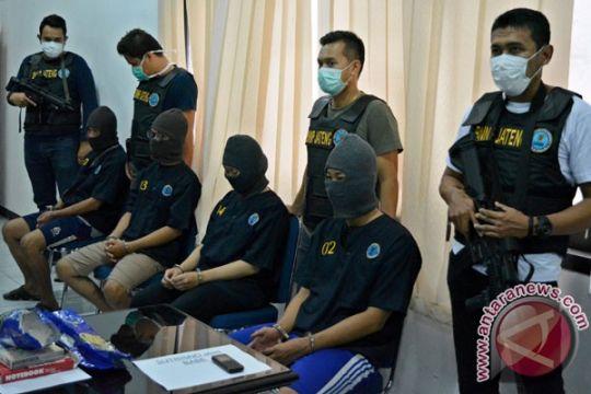 Petugas gabungan razia lapas narkotika Nusakambangan