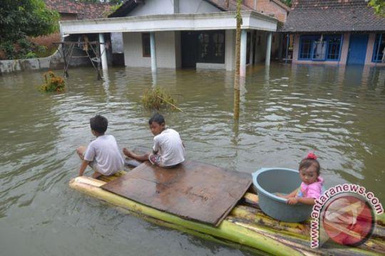 Pelajar di Kudus tetap masuk meski banjir