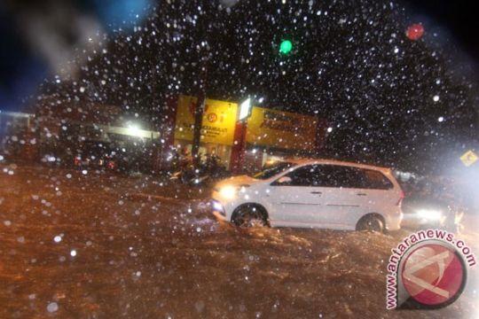Kendari diguyur hujan deras, sejumlah kawasan terendam