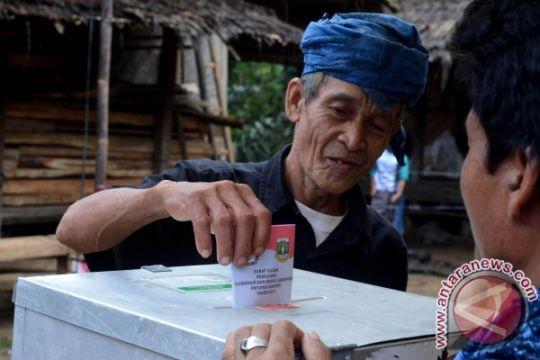 Lewati  hutan dan bukit, ribuan warga Baduy berduyun-duyun padati TPS