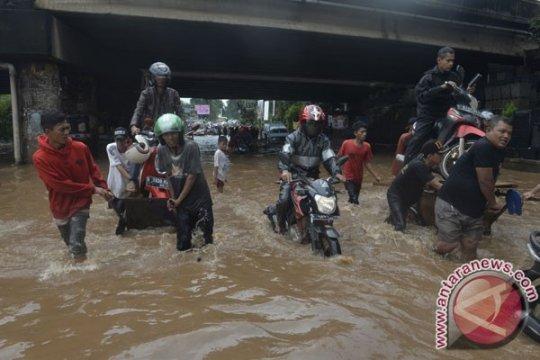 Ruas jalan di Bekasi mulai tergenang