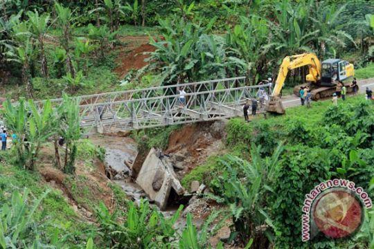 Jembatan Dunu, Gorontalo, ambruk diterjang banjir bandang