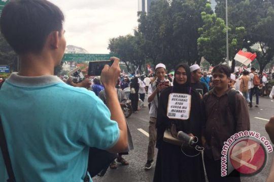 """Bawa poster """"Selamat Berjuang Ayah"""", ibu ini laku diajak foto saat aksi 313"""