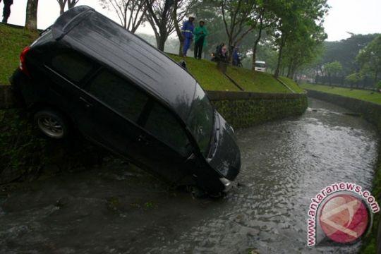 Dua tewas akibat mini bus terperosok ke sungai