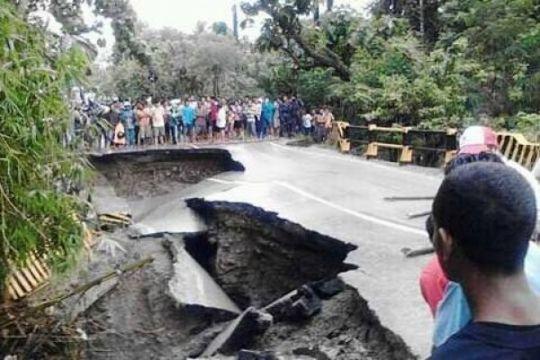 Jalan Raya Trans Timor lumpuh total