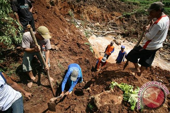 Korban longsor Nganjuk belum ditemukan juga