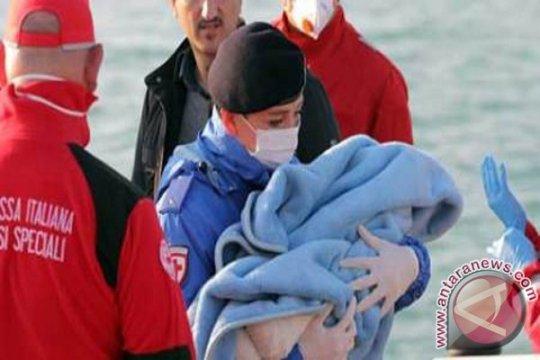 Puluhan migran terjun dari kapal penyelamat untuk capai daratan Italia