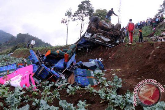 Polisi evakuasi 11 korban tewas akibat kecelakaan di Jalur Puncak-Cianjur