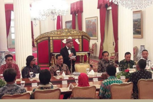 Presiden berdiskusi dengan para pegiat literasi di Istana