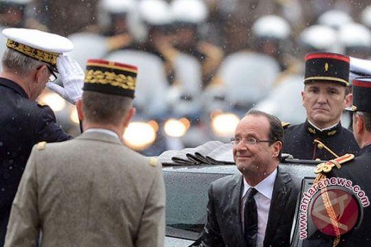 Akankah Macron senasib dengan Hollande, dilantik di bawah guyuran hujan