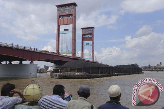 Tongkang pengangkut batu bara tabrak Jembatan Ampera