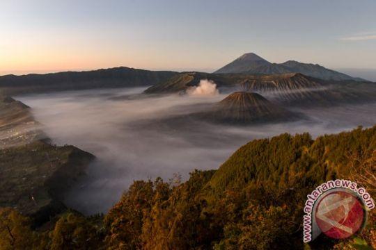 """17 gunung api berstatus """"waspada"""" selama Agustus"""