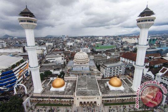 Masjid Raya Bandung siapkan seribuan paket takjil setiap hari