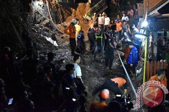 Dua korban tertimbun talud longsor ditemukan tewas