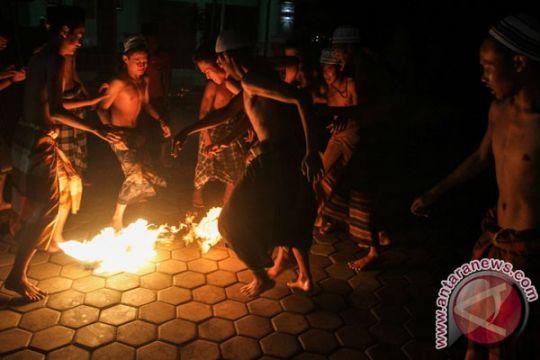 Sepak bola api ramaikan Ramadhan di Kenjeran Surabaya