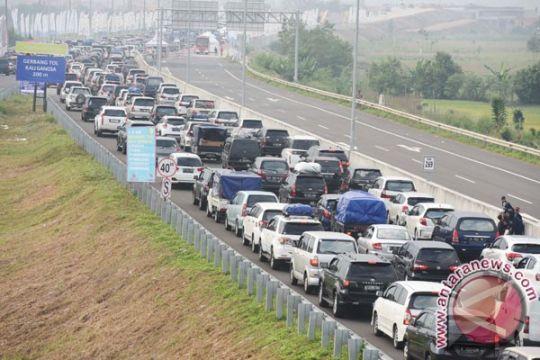 Tol Brebes macet, Polres Cirebon alihkan kendaraan ke jalur arteri