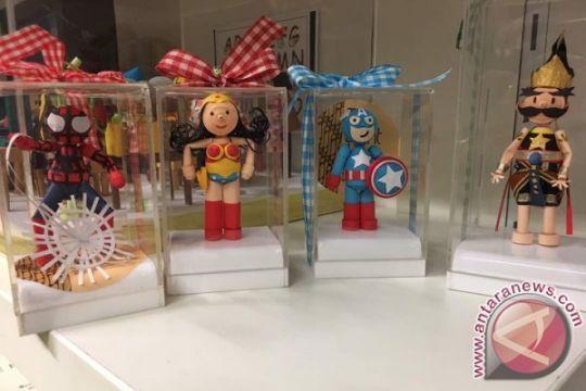 "Uniknya boneka kertas ""superhero"" karya penyandang disabilitas"
