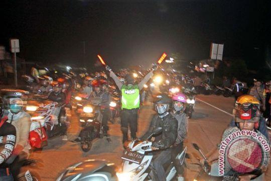 Jalan arteri Karawang menuju Jakarta macet panjang