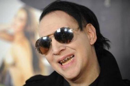 Marilyn Manson tertimpa properti panggung saat konser