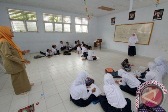 140 siswa SMAN Bekasi terpaksa belajar secara lesehan