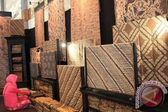 Hari ini ada seminar bisnis, pameran batik