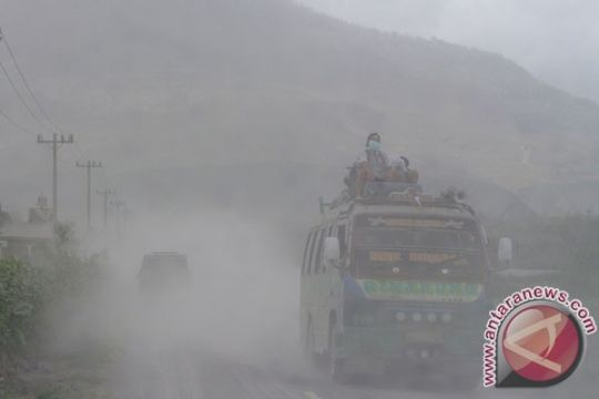 Sinabung meletus lagi, ribuan warga terdampak hujan abu