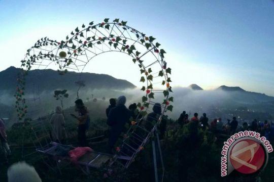 Peserta Dieng Culture Festival ramai-ramai nikmati matahari terbit
