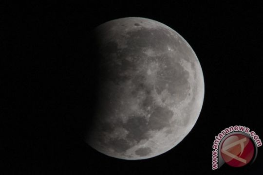 Warga antre teropong abadikan gerhana Bulan