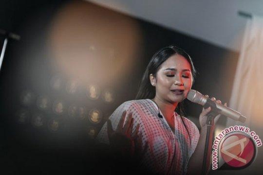 Gita Gutawa jajal pengalaman di belakang panggung